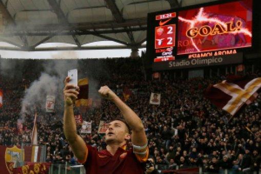 Selebrasi fenomenal Totti. Selfie. Sumber: @WillHillBet