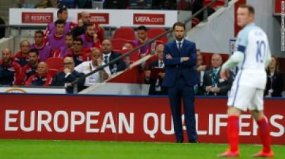 Southgate tampak merengut melihat penampilan Rooney. (cnn.com)