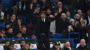 Conte mengajak anggota paduan suaranya untuk bernyanyi. (Goal)