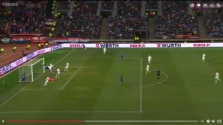 Kramaric sepertinya tak melihat jika bola sepakannya disundul Mandzukic