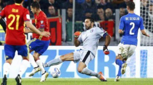 Bola yang nakal sehingga luput dari kaki Buffon. Credit by offside.co.id